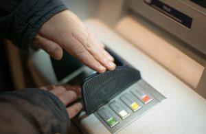 как снимать деньги в банкомате Сбербанка