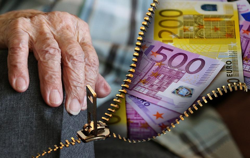 в каких банках дают кредит пенсионерам