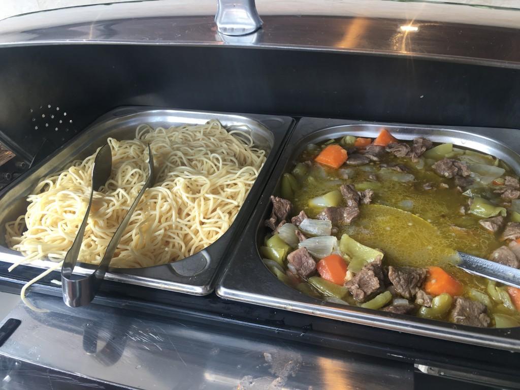 Стол с горячими блюдами в лаунже Домодедово