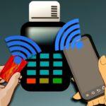 Как привязать банковскую карту к телефону и сколько стоит эта услуга